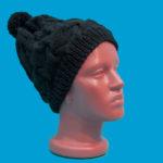Черна вълнена шапка с помпон